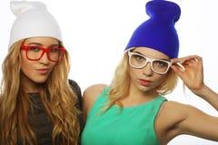 Duas amigas consideravelmente adolescentes que sorriem e que têm o divertimento Imagens de Stock