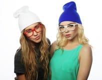 Duas amigas consideravelmente adolescentes que sorriem e que têm o divertimento Fotografia de Stock Royalty Free