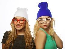 Duas amigas consideravelmente adolescentes que sorriem e que têm o divertimento Imagem de Stock