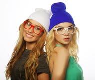 Duas amigas consideravelmente adolescentes que sorriem e que têm o divertimento Fotos de Stock