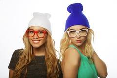 Duas amigas consideravelmente adolescentes que sorriem e que têm o divertimento Foto de Stock