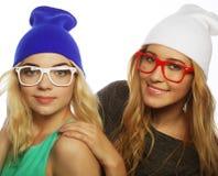 Duas amigas consideravelmente adolescentes que sorriem e que têm o divertimento Foto de Stock Royalty Free