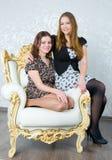 Duas amigas das meninas fotografia de stock