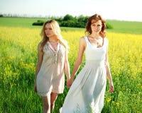 Duas amigas em vestidos longos, junto fora Imagens de Stock Royalty Free