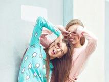 Duas amigas estão abraçando e estão tendo o divertimento Fotos de Stock Royalty Free