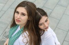Duas amigas fazem uma foto do selfie Imagem de Stock Royalty Free
