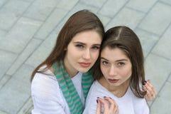 Duas amigas fazem uma foto do selfie de cima para baixo Foto de Stock