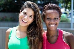 Duas amigas internacionais de riso em um parque Imagem de Stock Royalty Free