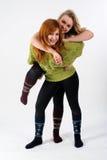 Duas amigas novas que têm o divertimento Fotos de Stock Royalty Free
