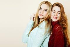 Duas amigas novas que têm o divertimento lifestyle Amigos adolescentes louros imagens de stock