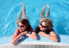 Duas amigas que apreciam o s fotografia de stock