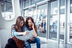 Duas amigas que procuram um mapa de rota Processamento e retou da arte Fotos de Stock Royalty Free