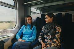 Duas amigas são trem de viagem imagem de stock