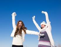 Duas amigas têm o divertimento no dia de inverno Foto de Stock