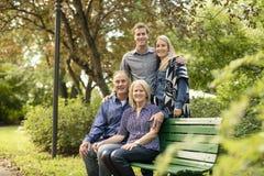 Duas avós com as crianças adultas no parque imagens de stock