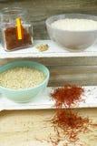 Duas bacias com arroz e açafrão vermelho Fotografia de Stock