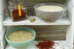 Duas bacias com arroz e açafrão vermelho Foto de Stock Royalty Free