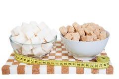 Duas bacias com branco e açúcar mascavado em um suporte do açúcar e do A M. imagens de stock