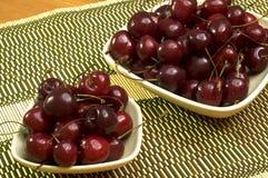 Duas bacias com cerejas frescas em uma esteira 1 fotos de stock