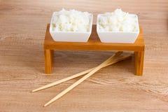 Duas bacias de arroz e de chopsticks cozinhados Fotografia de Stock Royalty Free
