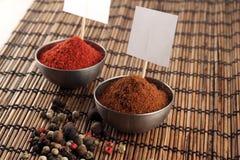 Duas bacias de especiarias com etiquetas e grão de pimenta do preço Imagem de Stock