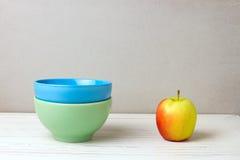 Duas bacias e maçãs coloridas Foto de Stock