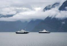 Duas balsas cruzam o fiorde norueguês noruega Imagem de Stock