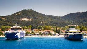 Duas balsas no porto em uma ilha pronta para o transporte, com céu claro e água azul fotografia de stock