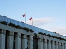 Duas bandeiras polonesas que acenam sobre a corte suprema polonesa fotografia de stock
