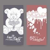 Duas bandeiras românticas do Valentim com urso de peluche, bolo decorado com corações e rotulação da escova ilustração royalty free