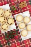 Duas bandejas pequenas de trituram tortas para o Natal Imagem de Stock