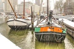 Duas barcas históricas dentro uma tempestade da neve fotografia de stock