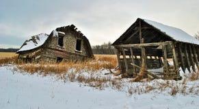 Duas barracas abandonadas em uma pradaria imagens de stock