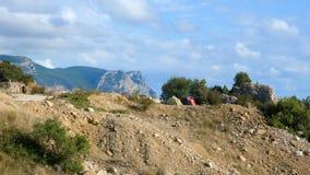 Duas barracas do turista nas montanhas vídeos de arquivo