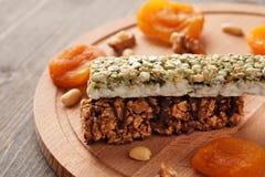 Duas barras de granola no close-up da placa de madeira Imagem de Stock