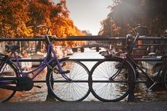 Duas bicicletas em uma ponte em Amsterdão Imagens de Stock Royalty Free
