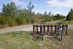 Duas bicicletas estacionadas em um parque Fotografia de Stock Royalty Free