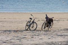 Duas bicicletas na praia vazia Fotografia de Stock Royalty Free