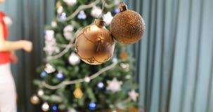 Duas bolas de vidro do Natal polvilhadas com as microplaquetas douradas video estoque