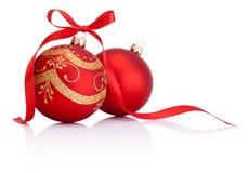 Duas bolas vermelhas da decoração do Natal com curva da fita  imagem de stock