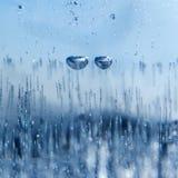 Duas bolhas de ar congelaram-se no gelo, como os olhos de um caráter do conto de fadas quadrado Emoção triste Fundo abstrato do i fotografia de stock