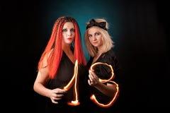 Duas bruxas praticam a feitiçaria. Imagem de Stock