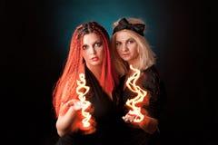 Duas bruxas praticam a feitiçaria. Fotos de Stock Royalty Free