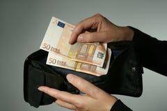Duas 50 cédulas do Euro deixadas em uma carteira Imagens de Stock Royalty Free