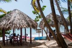 Duas cabanas com cadeiras de tabelas e rede no Fotos de Stock Royalty Free