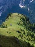 Duas cabanas nos prados, dolomites da montanha, Itália Imagem de Stock