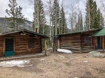 Duas cabanas rústicas de madeira rústicas no parque nacional imagem de stock