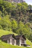 Duas cabines pequenas, nomearam Rustico, Suíça foto de stock royalty free