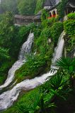 Duas cachoeiras pequenas em Beatushöhlen, Suíça foto de stock