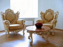 Duas cadeiras antigas e tabela de mármore Imagem de Stock Royalty Free